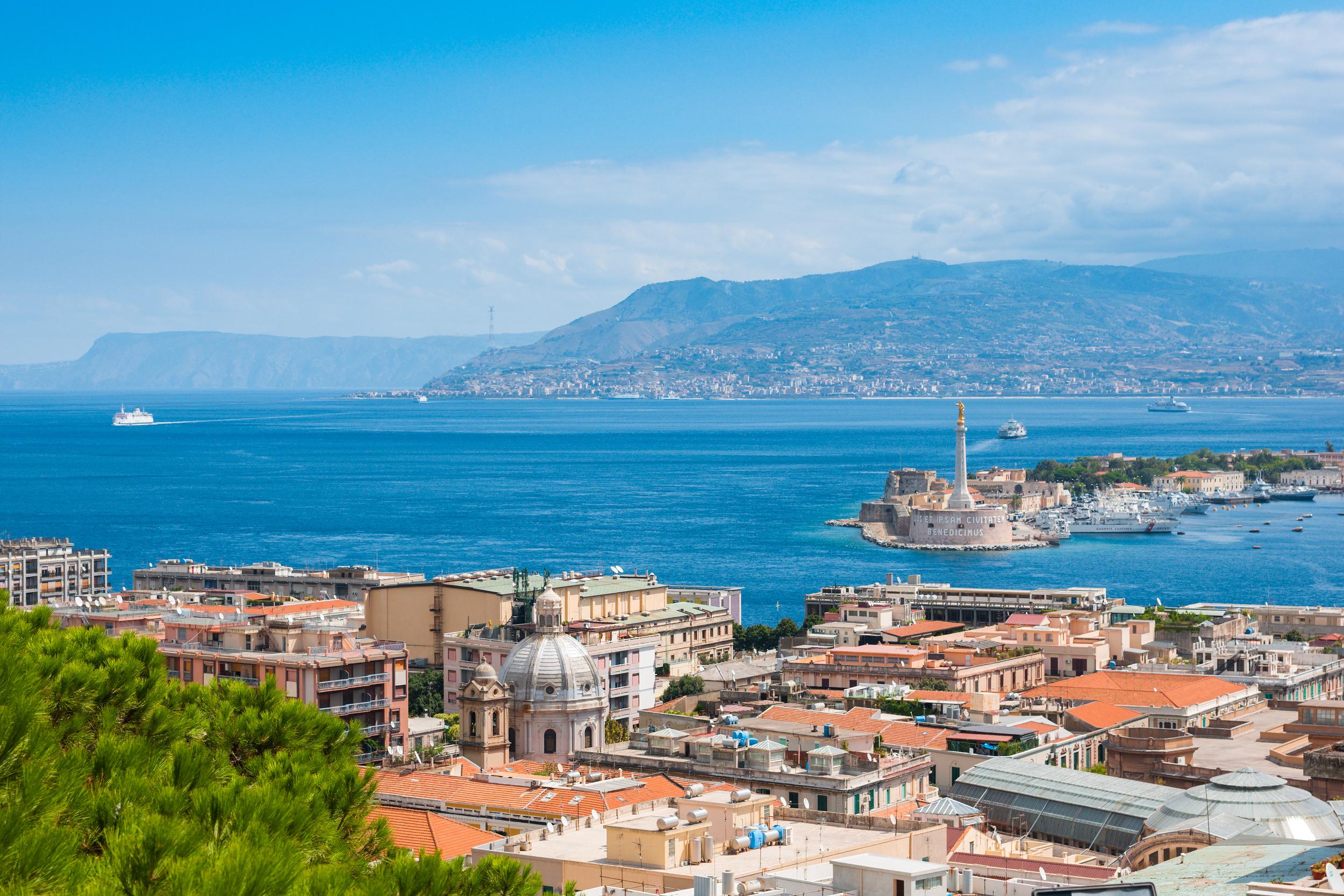 Cieśnina między Sycylią a Włochami, widok z Mesyny na Sycylii, licencja: shutterstock / By Gurgen Bakhshetyan