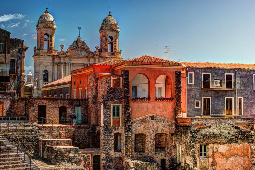 Starożytny rzymski teatr w Katanii, zbudowany z wapienia i czarnej lawy.