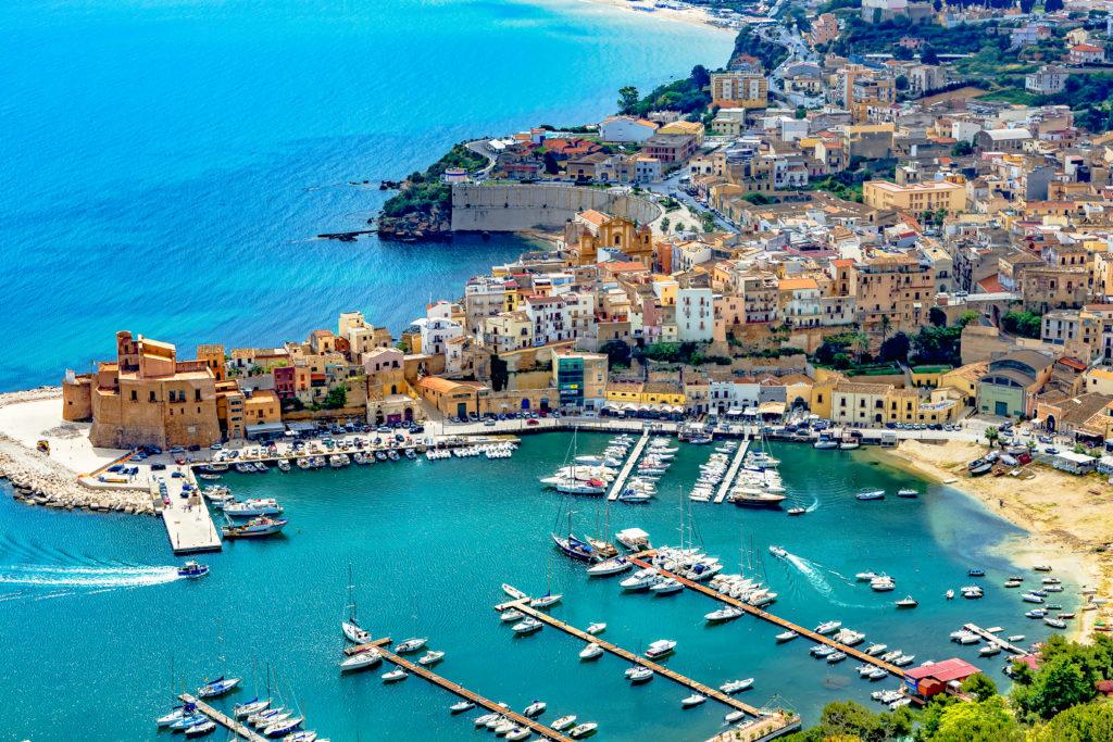 Miasto portowe Castellammare del Golfo w pobliżu Palermo na Sycylii