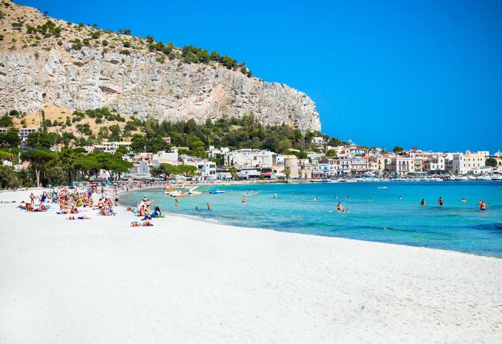 Mondello biały piasek plaży w Palermo, Sycylia. Włochy.