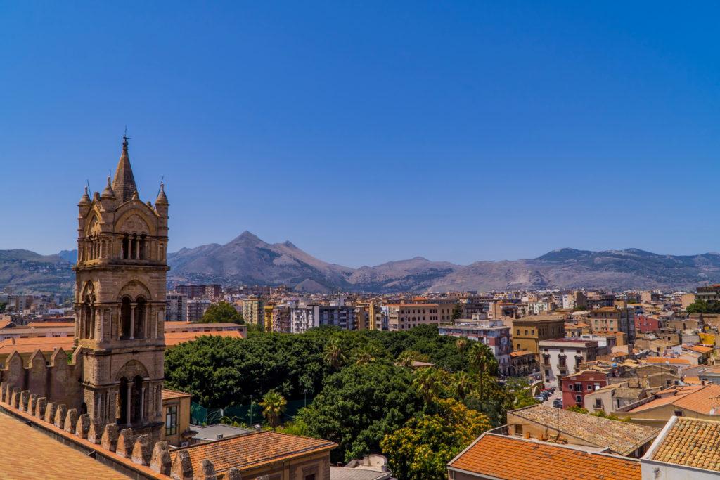 Palermo, Włochy - 29 lipca 2020 - panorama miasta Palermo, Sycylia, Włochy z wieżą katedry w Palermo, licencja: shutterstock / By Jack Krier