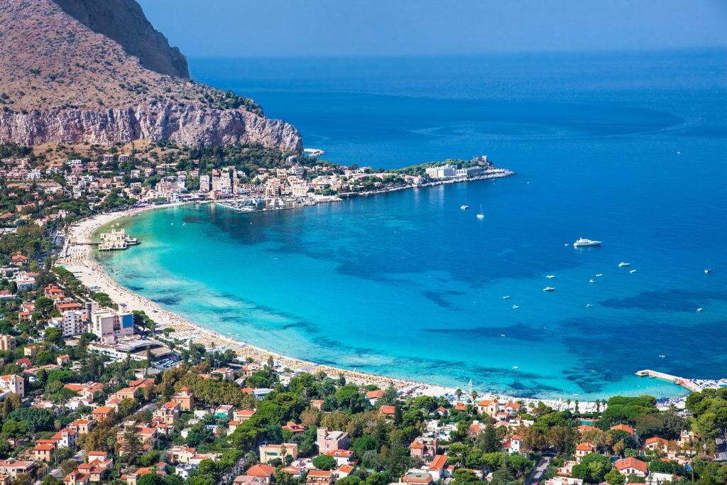 Panoramiczny widok na Mondello białej piaszczystej plaży w Palermo na Sycylii. Włochy.