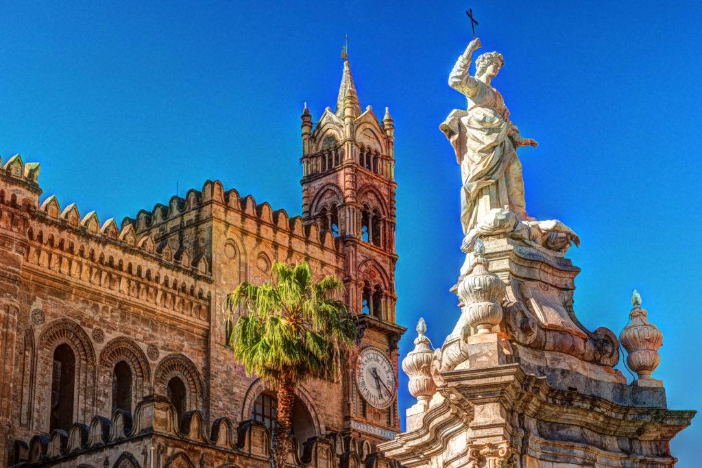 Rzeźba przed kościołem katedry w Palermo przeciwko błękitne niebo, Sycylia, Włochy