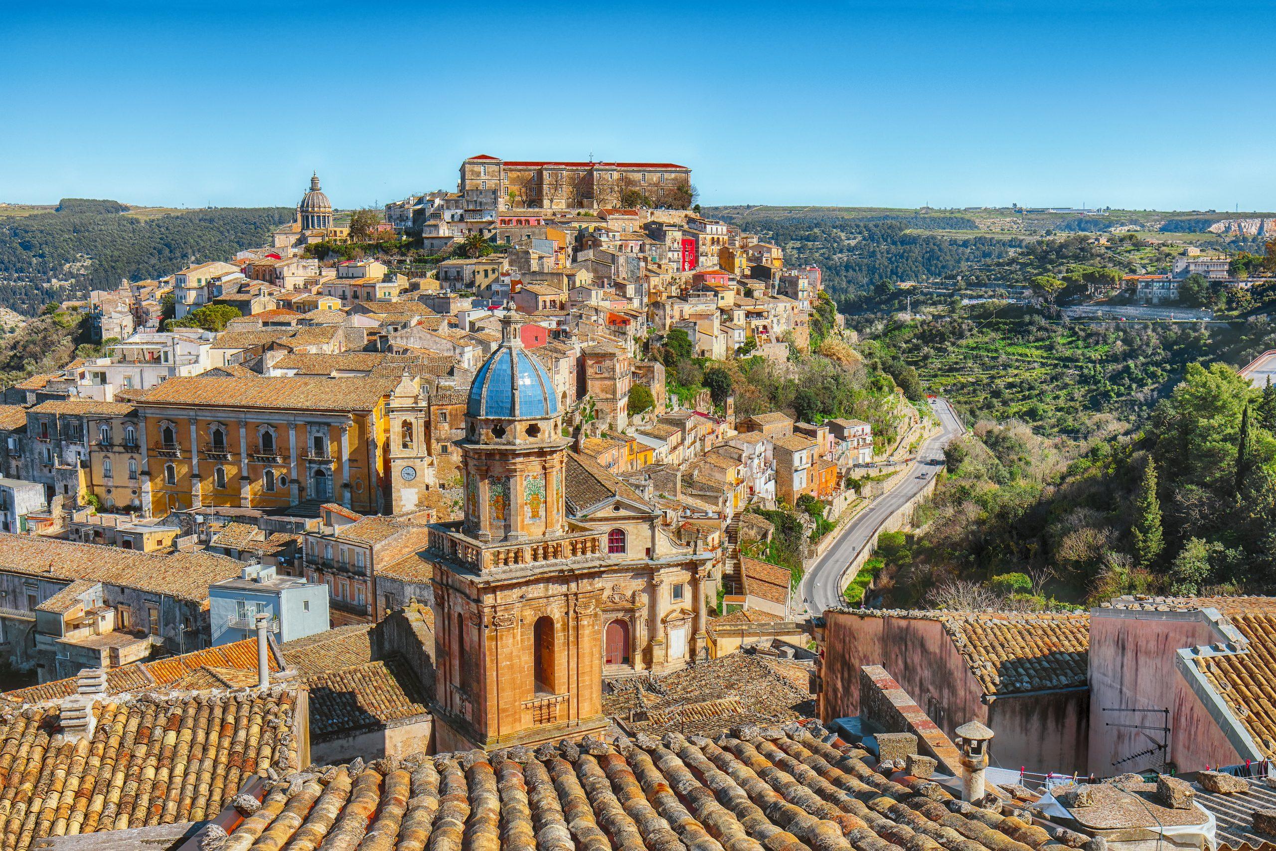 Wschodnia sycylia - Wschód słońca w starym barokowym mieście Ragusa Ibla na Sycylii.