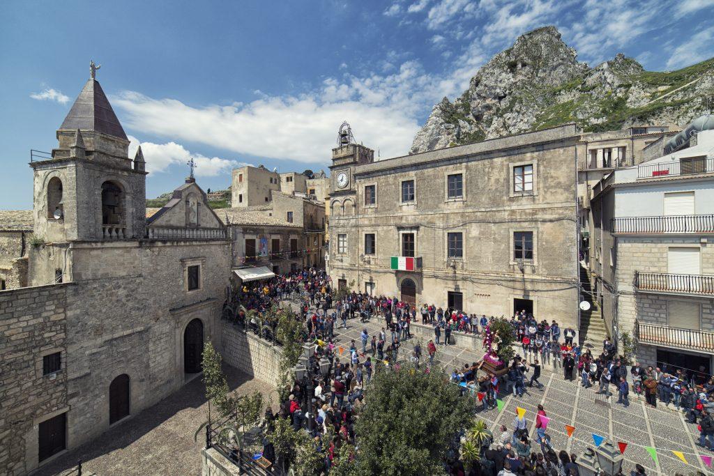 Caltabellotta we Włoszech - zatłoczony rynek miejski podczas obchodów wielkanocnych na Piazza Umberto