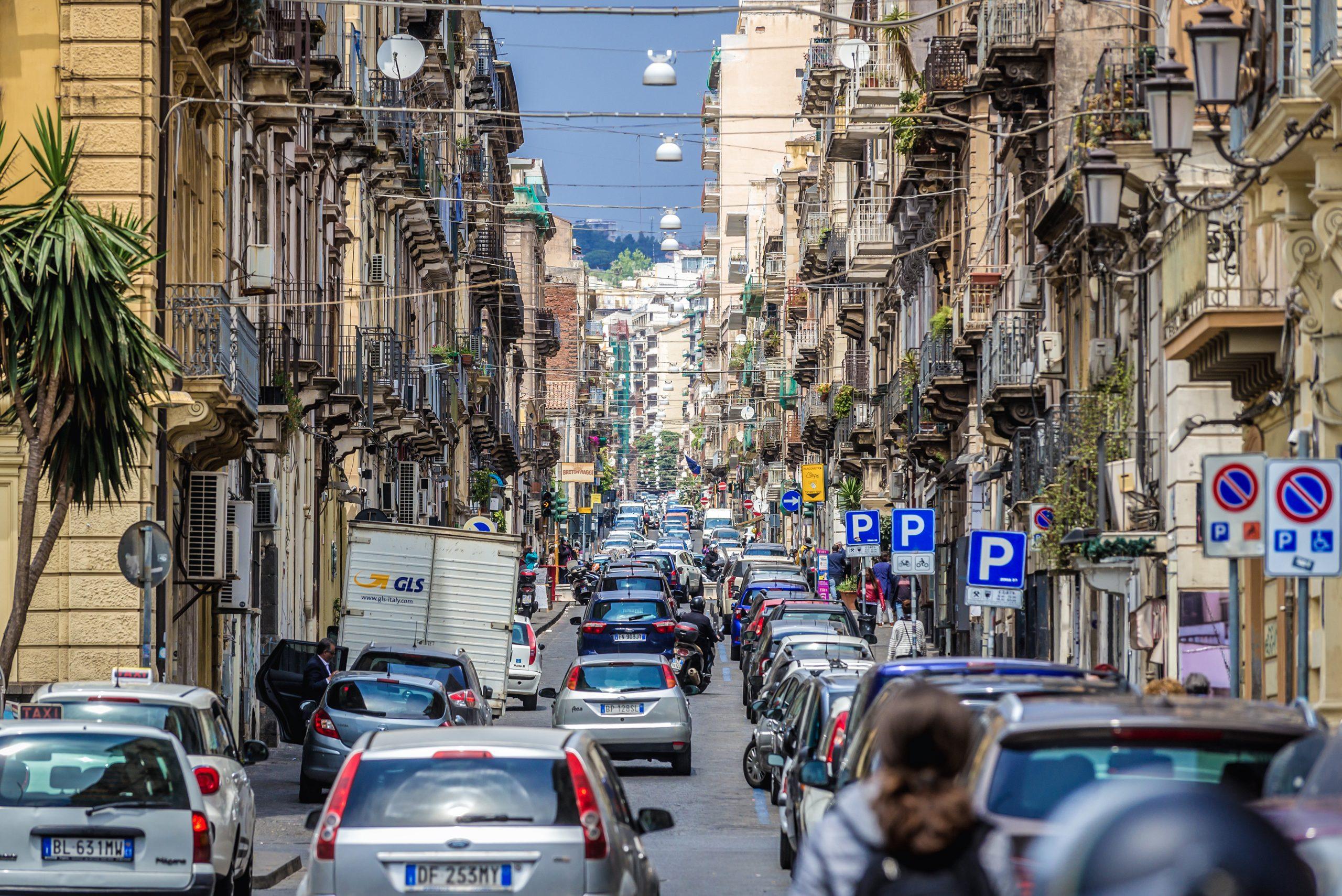 ulica pełna samochodów w Katanii na Sycylii