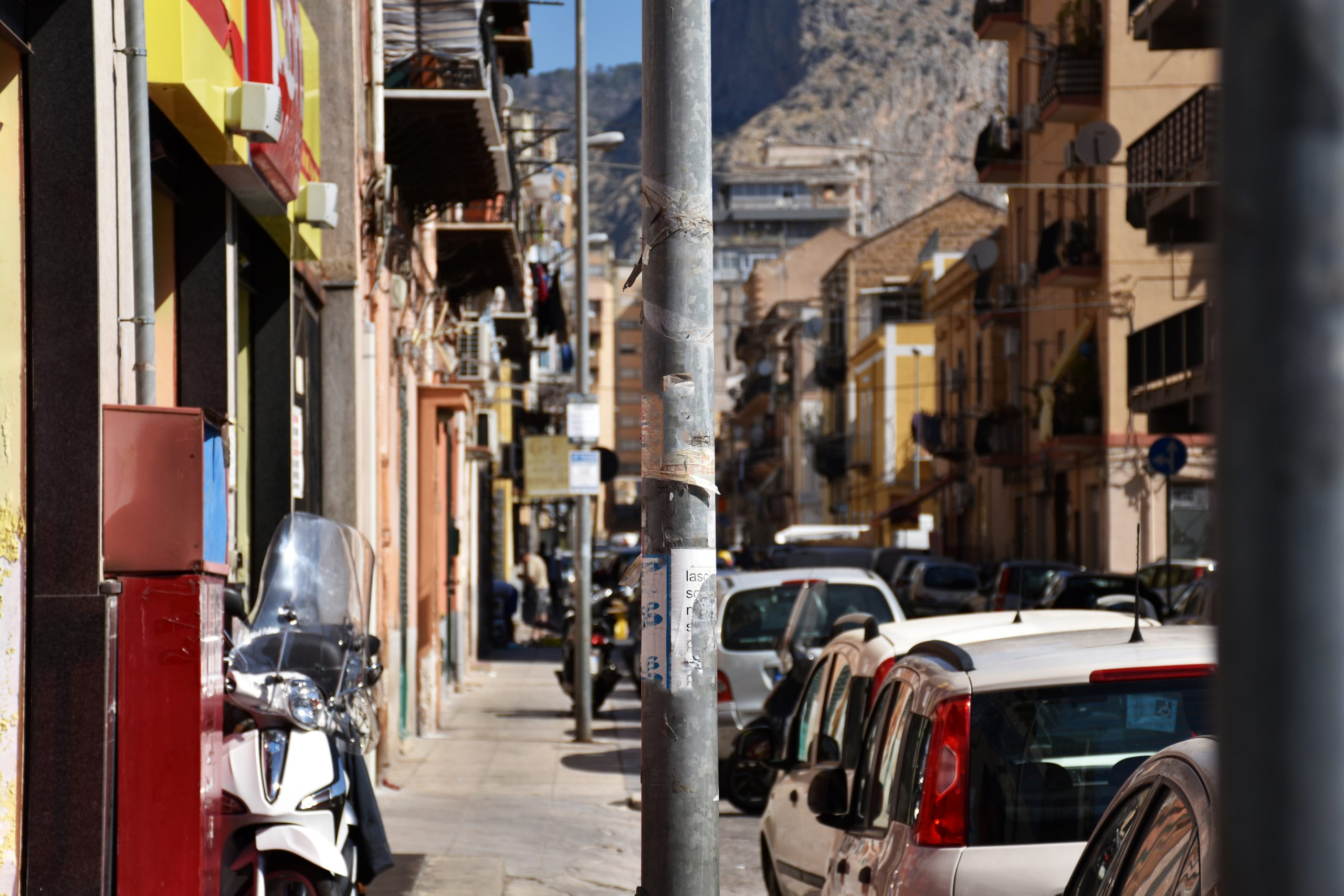 parking na uliczce w Palermo