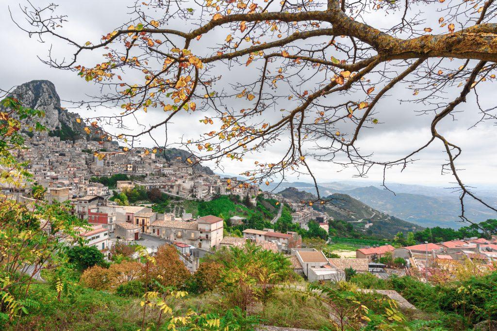 Widok na górskie miasteczko Caltabellotta we Włoszech