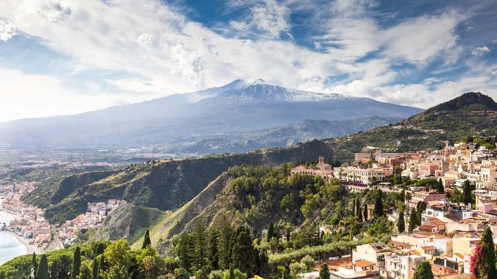 Malowniczy widok Etna z Taorminy, Sycylii, Włoch, Europy.