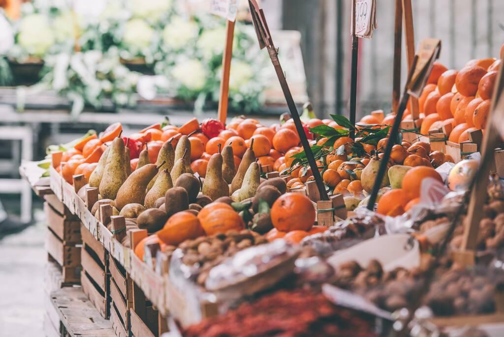 Świeże owoce i warzywa na sprzedaż w Ballaro, słynny rynek w Palermo, Sycylii, Włochy. Wybarwiony obraz